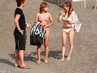 浜辺でビキニギャル達をナンパして目の前にチ○コ差し出したら発情したのでバックでハメてパンパン突きまくる