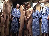 温泉で脱衣所に置いていた服やパンツを隠されやむを得ず全裸で自分の部屋に帰る女性を狙いイタズラしてハメまくる痴漢集団