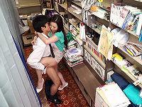 本屋に訪れた人妻の胸チラに発情したエロガキが勃起している事に気づいた人妻が欲情してその場でセックスしまくる