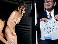 上司が代表でクイズに挑戦し間違えると同僚の男女2人が服を1枚ずつ脱がせあっていき、女性社員が全裸になると上司の前でセックス罰ゲーム
