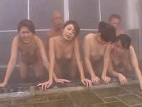 熟女4人と男2人で6P混浴SEX