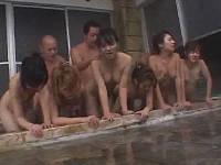 熟女6人と男3人で9P混浴SEX