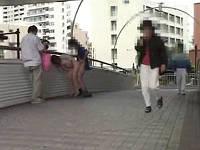 歩道橋で通行人の前で構わずにセックスする