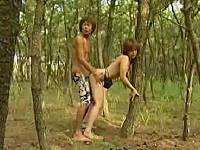 サーフィン中にムラムラして木陰でセックスするカップル