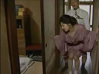 玄関ですぐセックスする熟年カップル