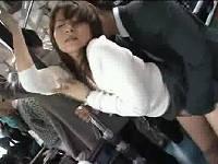 バス内で綺麗な若奥様と積極的に立ちバックでハメる
