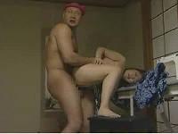 嫁の浮気相手に見せつけながらむっちり嫁を立ちバックでパンパン突く