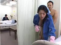 旦那の病室の陰でこっそりセックスされる掃除のおばさん