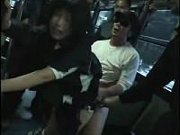 帰宅中の女学生がバス内で痴漢集団に襲われる