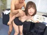 人気のないオフィスで上司に強制セックスされるお姉さん