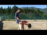 テニス場で欲情して露出セックスするカップル