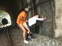 無人駅で一人電車待っていたら立ちバックで犯されるJK