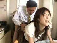 不倫相手の若妻のうしろ姿にムラムラしてセックス始めるサラリーマン