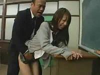 女子校生をベロチュウ手マンして立ちバックで激しく突く中年教師