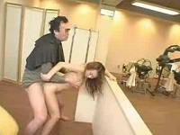 美容室で洗髪中に勃起して美乳お姉さんとセックスする男