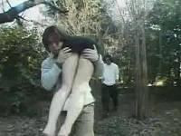 上半身裸のブーツお姉さんを連れまわしながら山や畑で犯す男たち