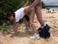 水泳部の夏合宿で一人だけ特別授業と称して教官から立ちバックで突かれる女子