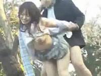 木陰でムラムラして青姦に励む高○生カップルを盗撮