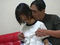 思春期の女学生がおじさんを家に連れ込みセックスする